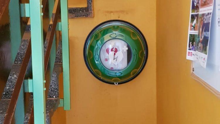 Wichtig! Defibrillator hängt im Clubhaus
